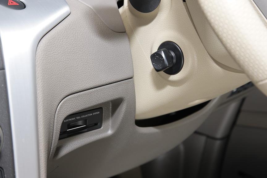 ステアリングは電動でチルト&テレスコピックが調整可能。ETC車載器はコラム左にビルトイン