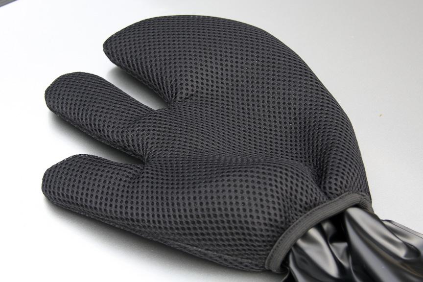 ホイールミットの表地はメッシュ構造のナイロンを使用。手首部はリストカバーもつき水の進入を防ぐ
