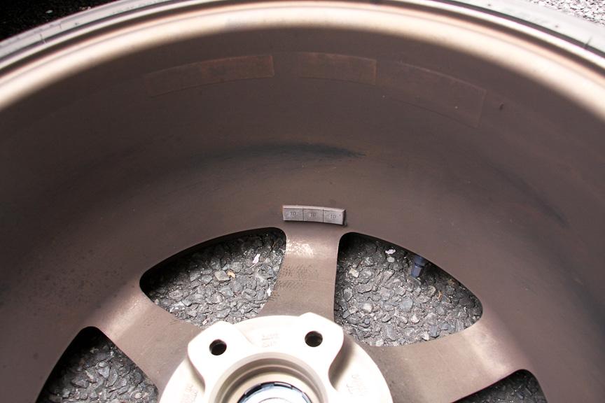 ブレーキダストやシミ汚れが目立つ。裏面はブレーキダストなどで真っ黒に