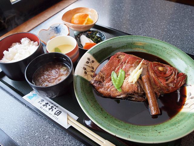 こちらが金目膳(1890円)。大きな煮付けの他にご飯、お味噌汁、茶碗蒸し、小鉢、漬物、デザートがつきます