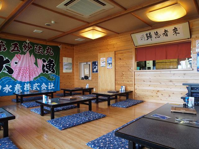 大漁旗が背後にドドーンと飾られる広々とした店内。お隣にテーブル席もあります
