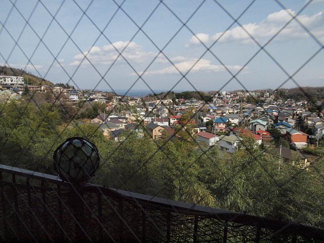窓際の席からは川奈の海が見えます