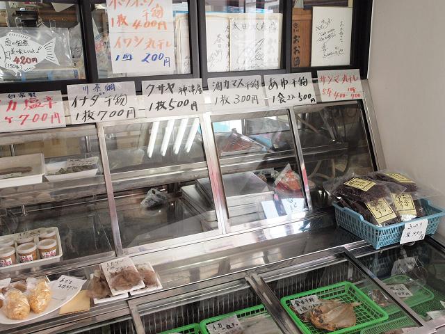 調理場が1階で食事処は2階。入り口では地魚の卸販売も。帰りに買おうっと!
