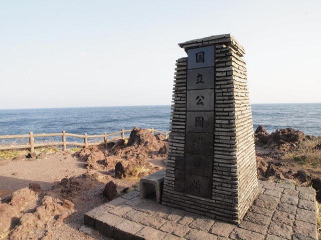 灯台や吊り橋などがある景勝地、城ヶ崎海岸。ハイキングコースも整備されています