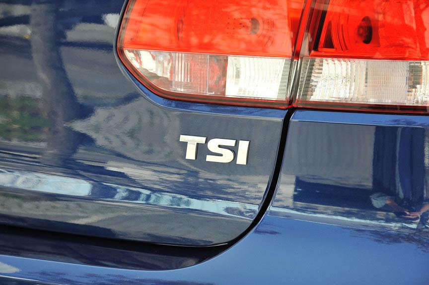 そして「TSI」のエンブレム。ツインチャージャーのハイライン(右)はSとIが、シングルチャージャーのコンフォートラインはIだけが赤文字になるが、トレンドラインは銀文字のみ