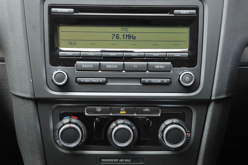 標準装備のオーディオは「RCD 310」(CDプレーヤー、MP3/WMA再生、AM/FMラジオ)。ライン装着のHDDカーナビ「RNS510」は装着できないが、ディーラーオプションのカーナビやバックカメラは装着可能
