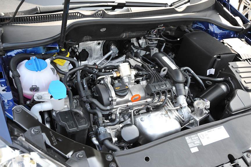 エンジンカバーもなく素っ気ない印象のエンジンルームに1.2TSIエンジンが横置きされる