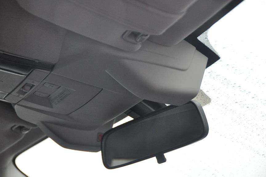 レガシィに積まれた新型EyeSight。ユニットは同じだが、車内から見た場合、先代のEyeSight搭載車とは異なる外観になっていた