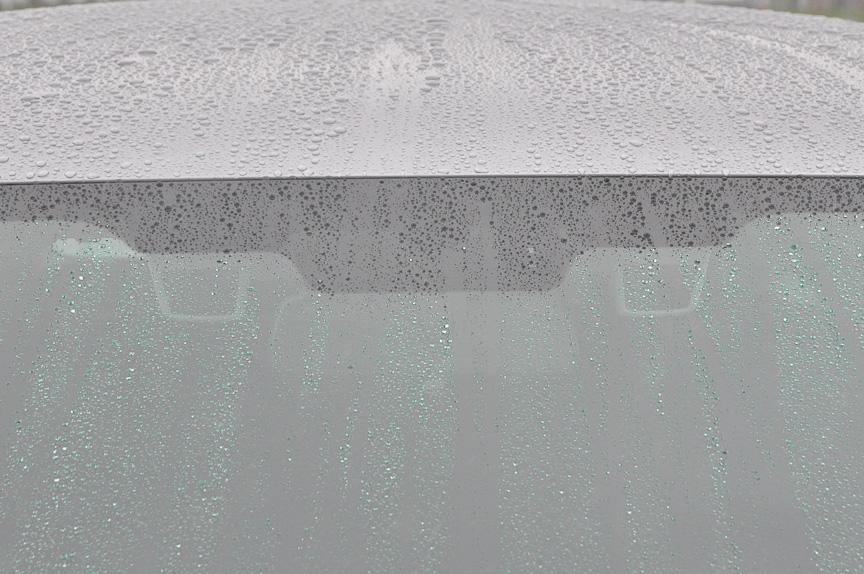 フロントウィンドーから見た新型EyeSight。展示会場が雨だったためやや分かりにくいが、2つのカメラ部が見える