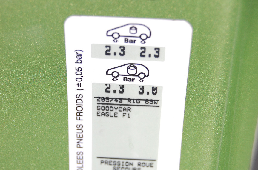 運転席ドア開口部にある指定空気圧表示シールの例。この車種の場合、単位はbarで100倍すればkPaに換算できる。通常の1人乗り、2人乗りの場合と重量物を乗せた場合の2種類の表記がある。