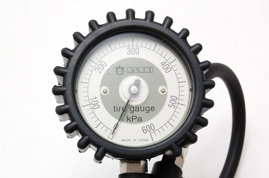 メーター部分の直径は11cmもあり視認性抜群。kPaのみの表記で30~600kPaまで計測可能。メーターの針が0点からわずかにずれているのは故障ではなく、こういう作り
