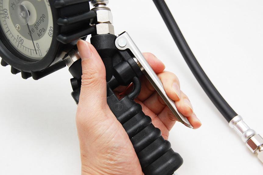 コンプレッサーをつないだ状態でレバーを深く握ると増圧。つまりエアを入れるという作業ができる