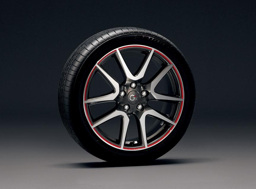 G'sにオプション装着可能な215/45 R18タイヤ(ブリヂストンPOTENZA RE050)と赤ラインの入った18×7J専用アルミホイール