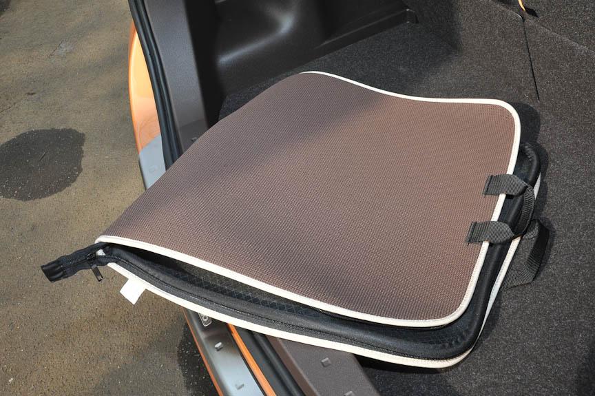 撥水・防水機能のあるトランク用のソフトトレイ。こちらもワッフル生地用の表皮を採用しており、外周のファスナーを閉じれば、バッグのように持ち運ぶことも可能となる