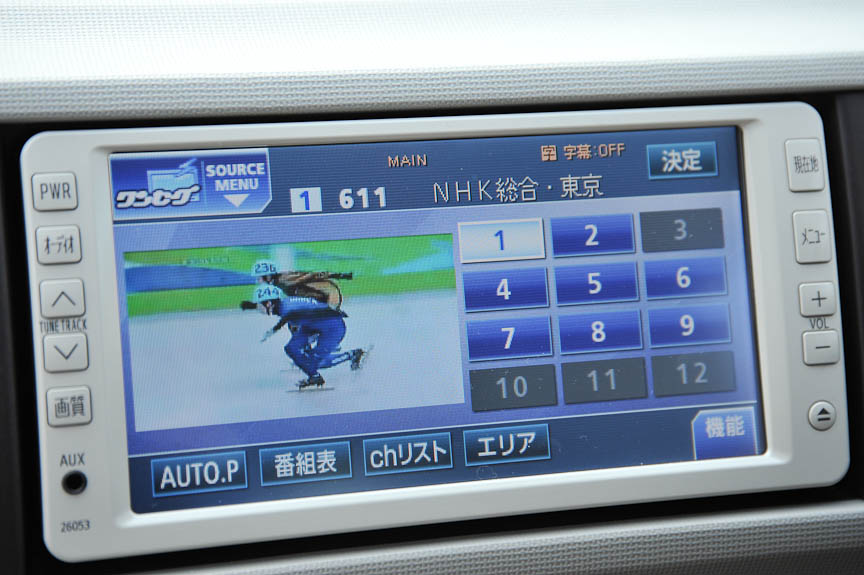 1.3+Hanaは、オートエアコンを標準装備。メーカーオプションでチョイスできる「HDDシンプルナビゲーションシステム」には、バックモニターもセットで装備される