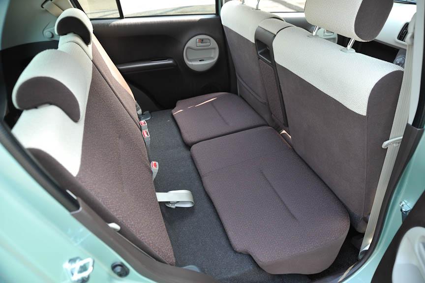 リアシート座面を前方にスライドする「ロングクッションモード」は、ブレーキング時に座面の荷物がフットスペースに落ちてまわないための工夫