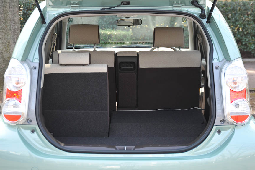 ラゲッジスペースは、可倒式の後席シートバックで3種類のスペースを選ぶことができる。フロア高は低く、リアバンパー上面を深く切り欠くことでリアゲートの開口部も広く取ってあるので、例えば女性ユーザーが重い荷物を積み込むような際にも、イージーにアクセス可能