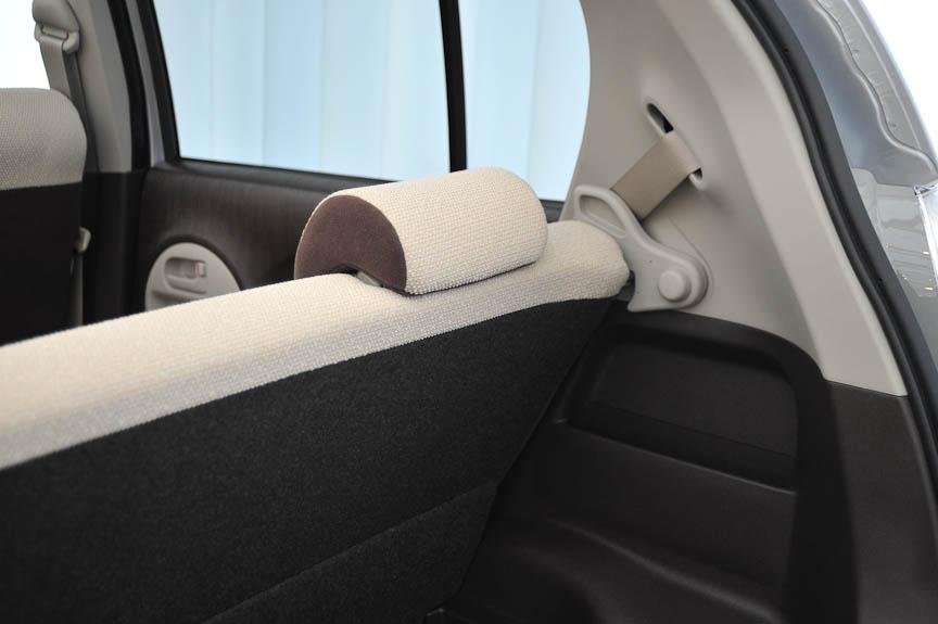 シートバックの固定レバー。後席シートバックは2段階にリクライニングできる。レバーは大型のガッチリとしたもので、女性ユーザーでも非常に扱いやすい