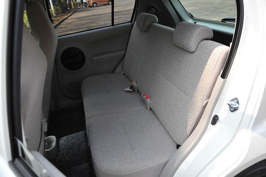 標準型パッソは、フロントシートがベンチシートでなく、ハイバックスタイルのセパレート式となる。ファブリック表皮も、柔らかい手触りのジャージ生地が採用された。内装カラーは「キナリ(=生成り)」と呼ばれる明るいベージュの単色