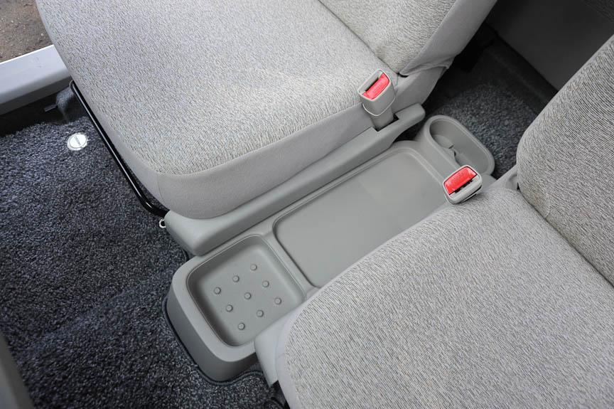 左右セパレートシートの間に置かれるコンソールは、小物を置けるスペースとされている