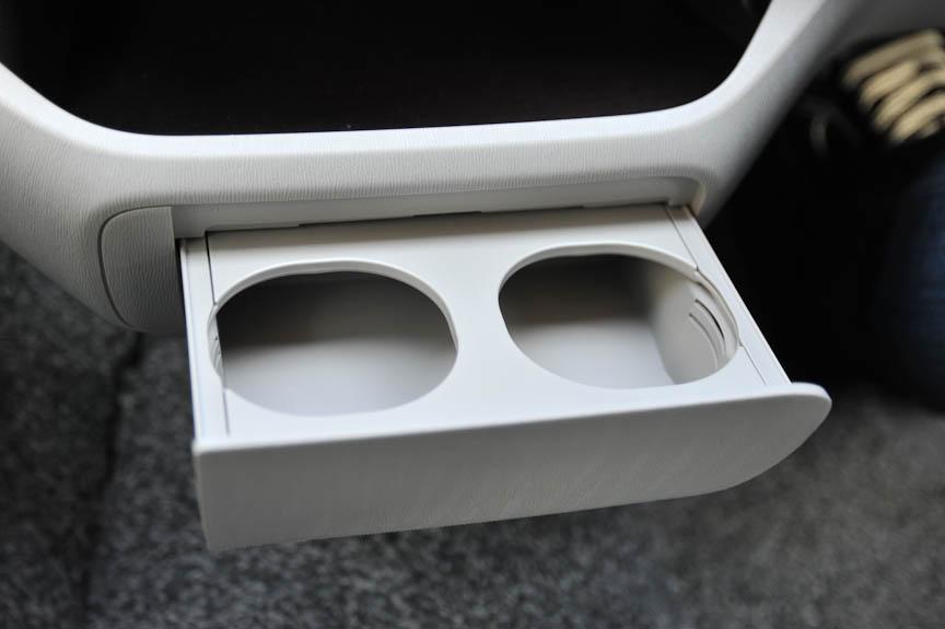 ダッシュボード中央下部に設置されたマルチトレイは照明付き。さらにその下には、ドリンクホルダーないしは小物入れとしても使用できる、使い勝手の良い格納式の引き出しが据え付けられている