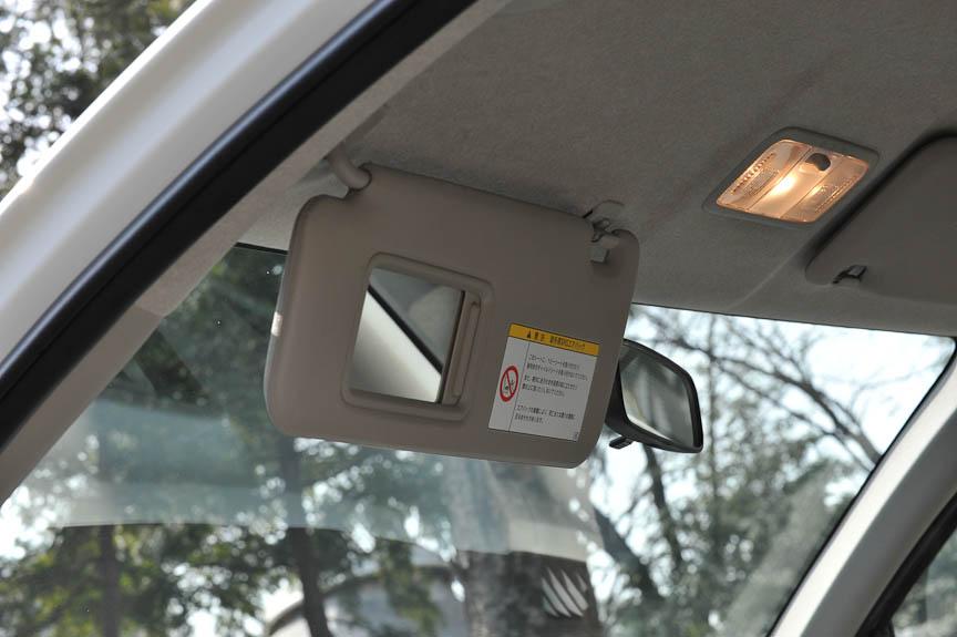 サンバイザー裏側にはバニティミラーを装備。助手席だけでなく運転席側にも用意されている