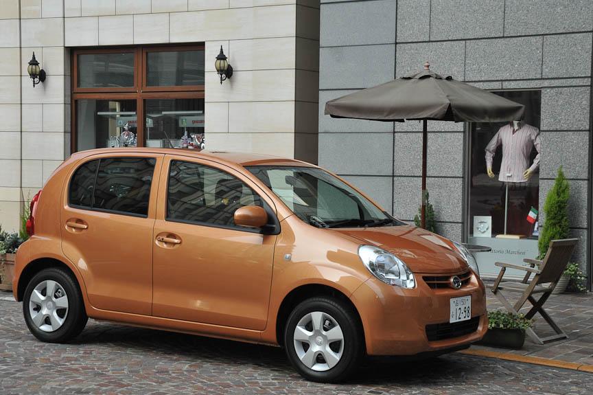 ダイハツ・ブーンCLリミテッド(1リッター)の2WDバージョン。カラーはトワイライトオレンジマイカメタリック