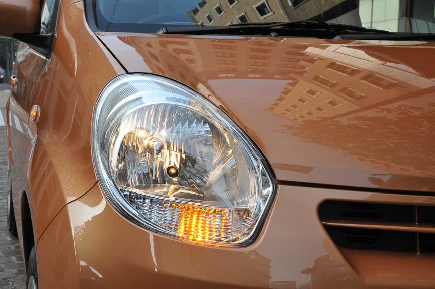 ヘッドライトは標準型パッソと同じ、キュートな丸みを強調した形状を採る