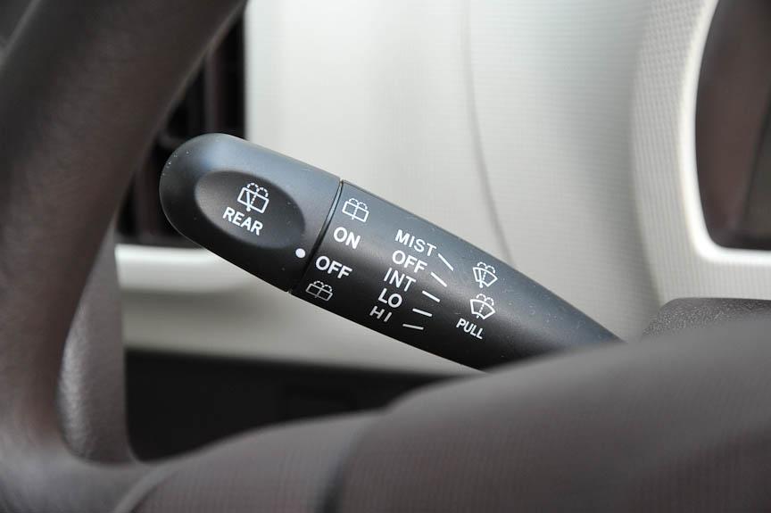 ワイパーは、ミスト/間欠/ロー/ハイの4モード。間欠時間の調節は無いが、リアワイパーは全車標準