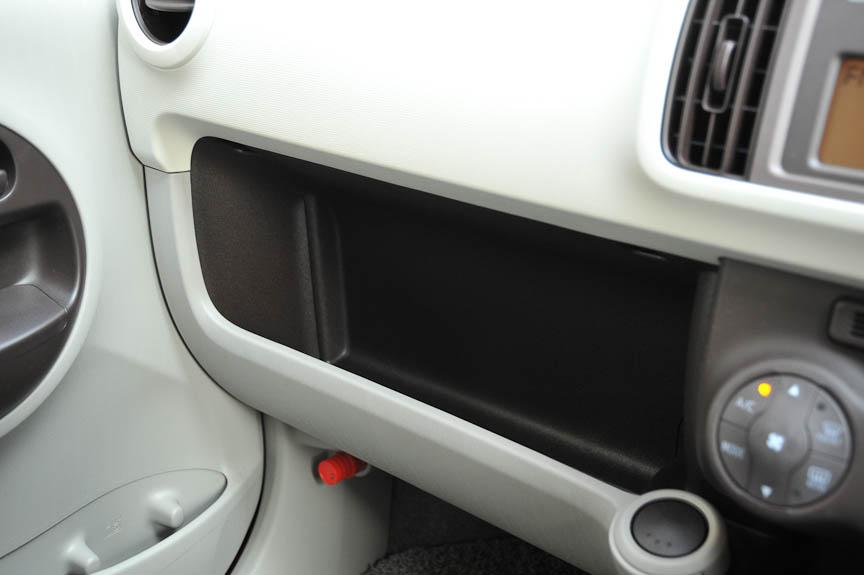 フタつきのグローブボックスは持たず、小物入れ用のくぼみのみが設けられる