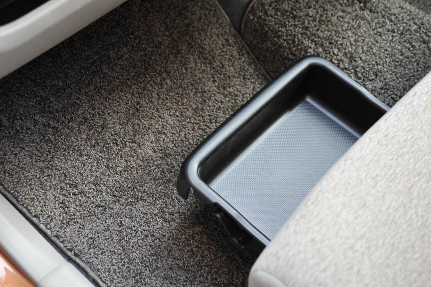 ブーンおよびパッソ/+Hanaの上位グレードには、助手席に靴などを収めるアンダートレイも標準装備