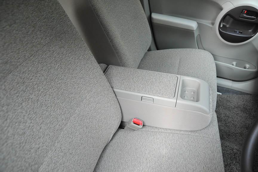 ブーンのベンチシート車およびパッソ+Hanaの前席には、ポケット付きのセンターアームレストが設えられている