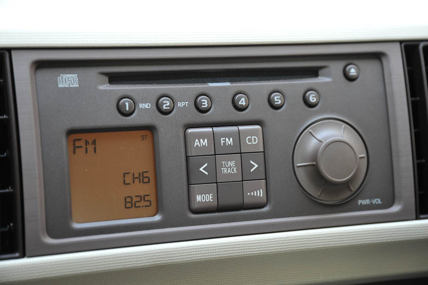 CD・AM/FM付のインテグレートステレオは、ブーン全車に標準装備
