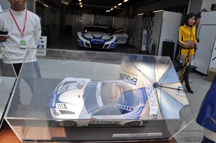 NAKAJIMA RACINGは、EPSON HSV-010の1/8ペーパークラフトを実車とともに展示