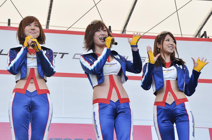 レースクィーンステージではレースクィーンが自チームをアピール。左からTEAM KUNIMITSU、RACING PROJECT BANDOH、LEXUS TEAM SARDのレースクィーン