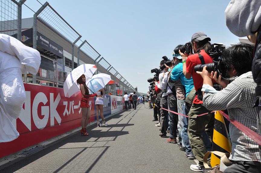 レーシングコース上は、レースクィーンの撮影会状態に