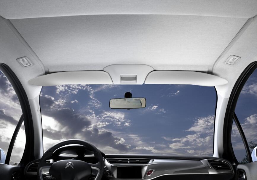 スライディングサンバイザーは任意の場所で止め、外光を遮ることができる