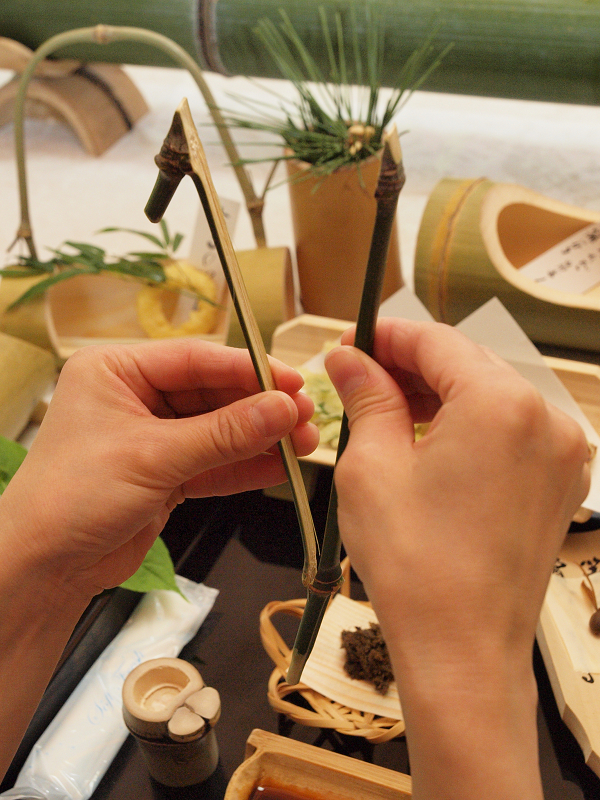 まずは竹の箸を割るところから。うまく割らないと最後まで苦労することになるのでご用心