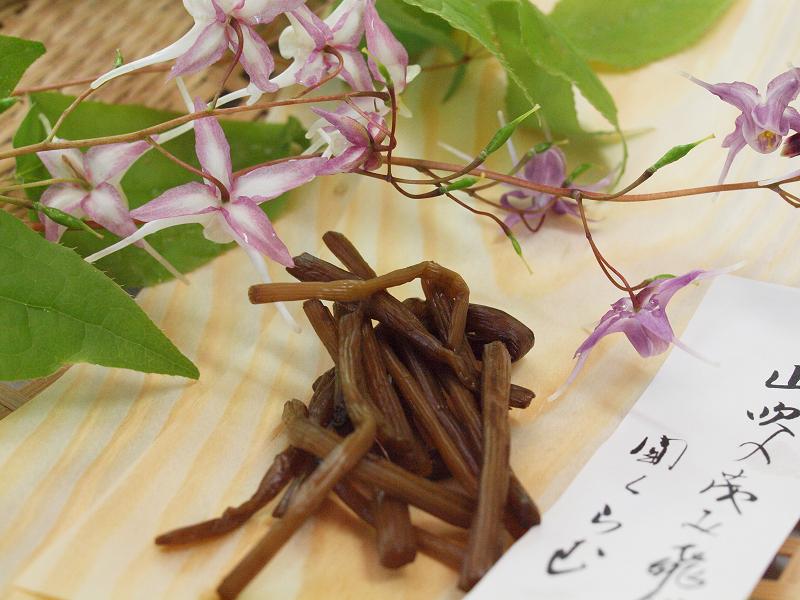 ふきに添えられていたのはイカリソウ。花が船のいかりに似ているからこう呼ばれる春の花です