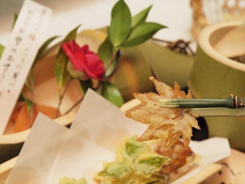 柿、桜、もみじ、山みつば、たんぽぽなどの葉っぱの天ぷらはなかなかの美味!
