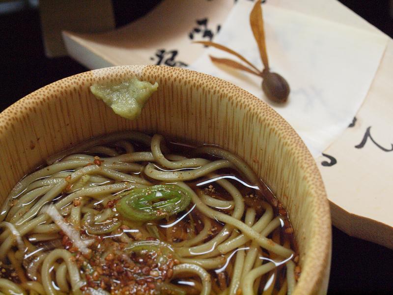 クマ笹が入っているお蕎麦は少し緑色。売店でも「竹笹そば」として乾麺で売っています