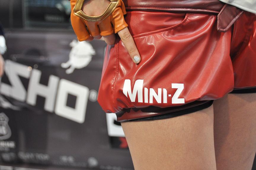 リーダーのホットパンツにはMini-Zのロゴが入っていた