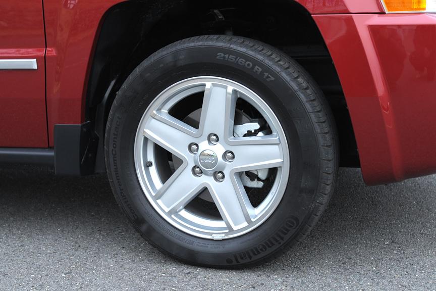 ホイールはアルミの17インチ。タイヤサイズは215/60 R17