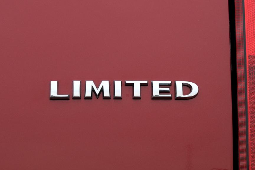 「PATRIOT」ロゴはリアバンパーに刻まれており、リアゲートには「LIMITED」のグレード名が置かれる