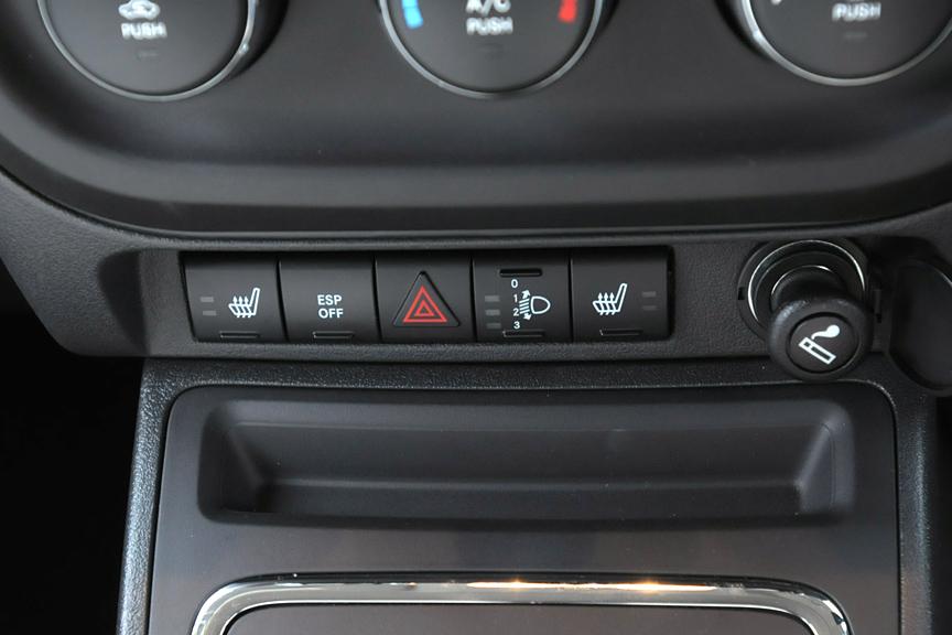 シフトレバー前方のスイッチ類。右から2つめはヘッドライトハイト調整