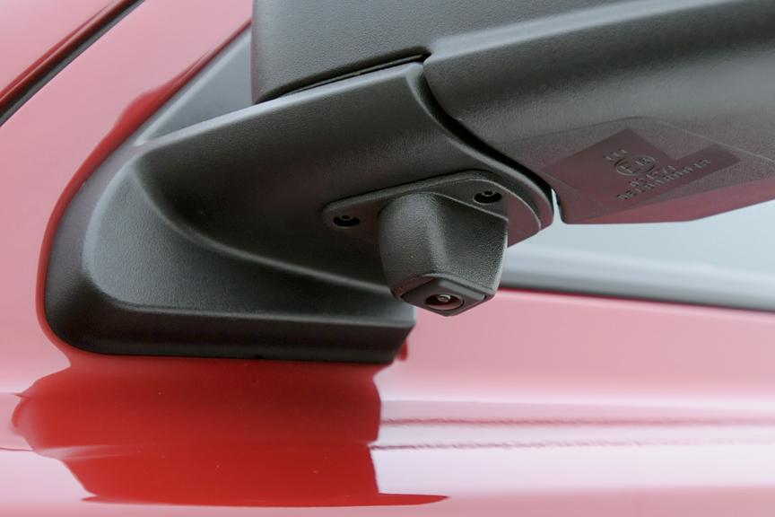 左ドアミラー下にサイドビューカメラを装備。死角の増えやすいクロカン4WD車では便利な機能