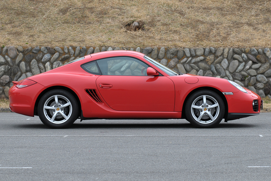 ボディーサイズは4345×1800×1305mm(全長×全幅×全高)と、ミドルクラスのサイズに収まっている。車両重量は1380kg(6速MT)、1410kg(7速PDK)。ミッドシップのため、911に比べてリアまわりが長めに見えるスタイル。リアの彫りの深いデザインなど、911とはひと目で違うことが分かる