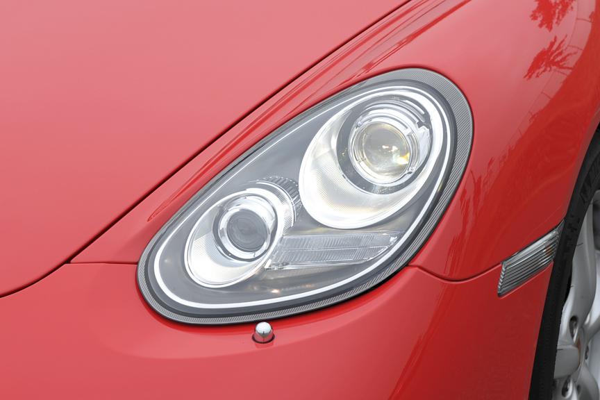 ヘッドライトは「ダイナミックコーナリングライト」機構を装備し、最大15度の範囲で照射方向を変える