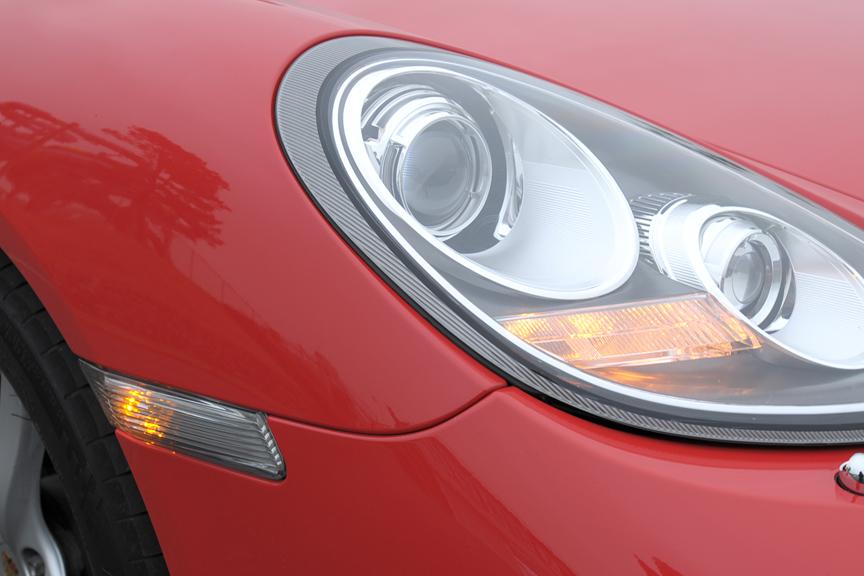 方向指示灯の点灯。ヘッドライトの脇とタイヤ直前の方向指示灯が点滅する
