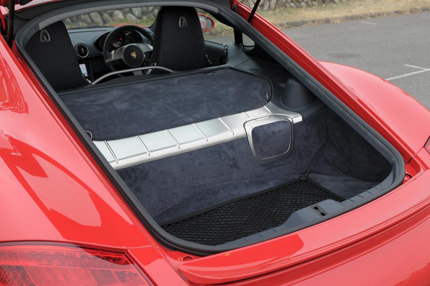 エンジンは完全にパッケージされており、普段は見ることができない。トランク容量は260Lもある